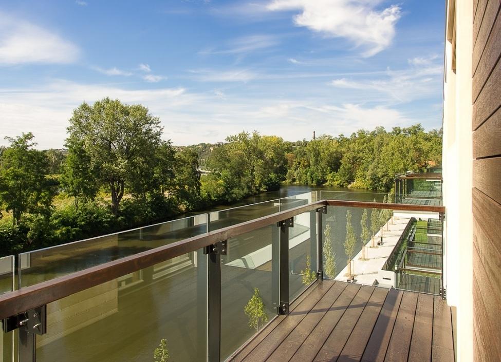 Luxusní byt u Vltavy s balkonem 93m 0