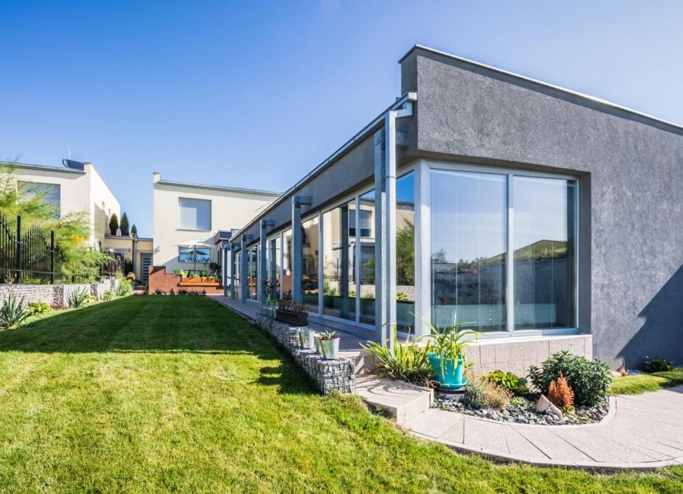 Prodej vily a obchodního prostoru s wellness v okolí Prahy - 774m2 0
